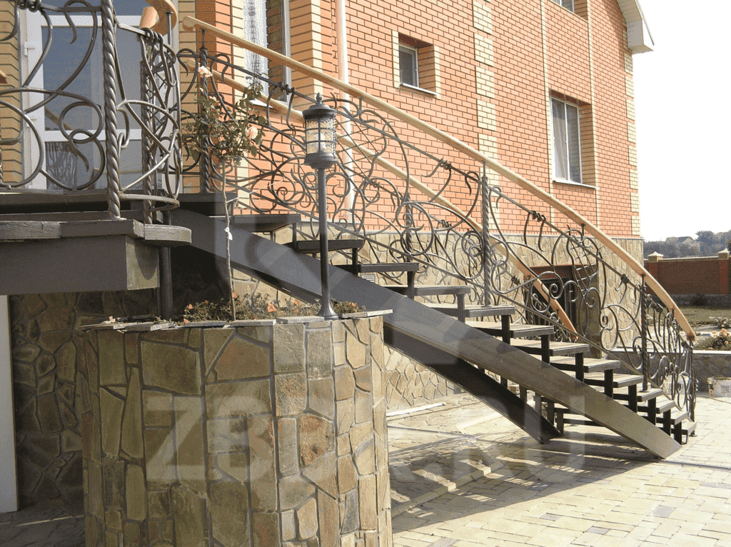 Наружная лестница на второй этаж из металла