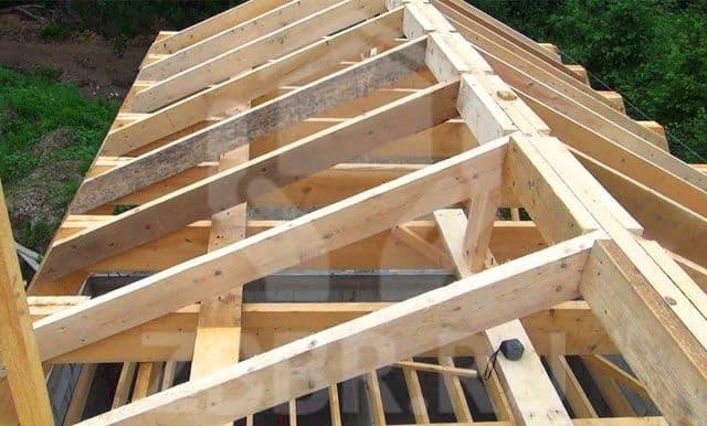 Крыша из бруса подходит для домов из любых материалов