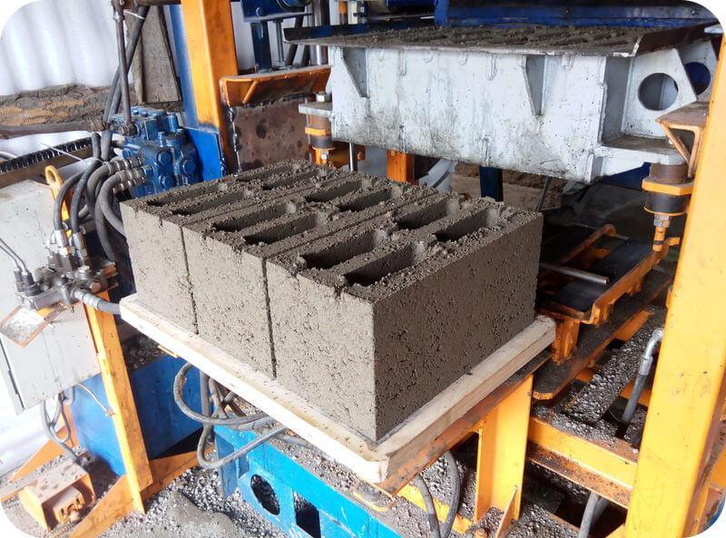 В отличие от автоклавного газобетона, шлакоблоки можно изготовить кустарным способом