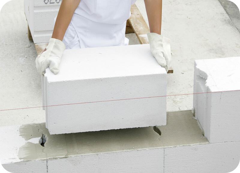 Пазогребневый блоки монтируют с пустыми вертикальными швами