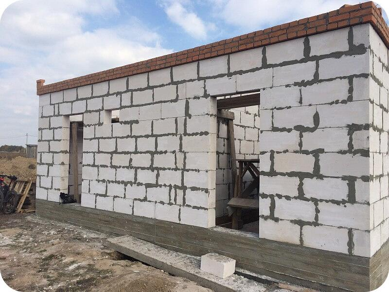 Стены сарая заканчиваются кирпичным армопоясом