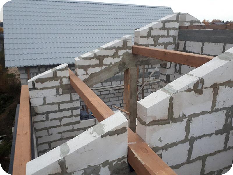 Кладка с газобетонными фронтонами, выполнена под односкатную крышу