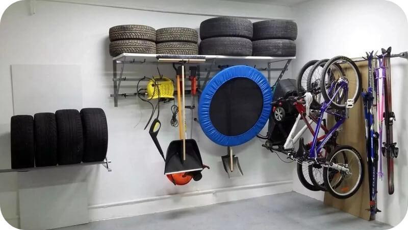 Как хранить спортивные принадлежности и колёса