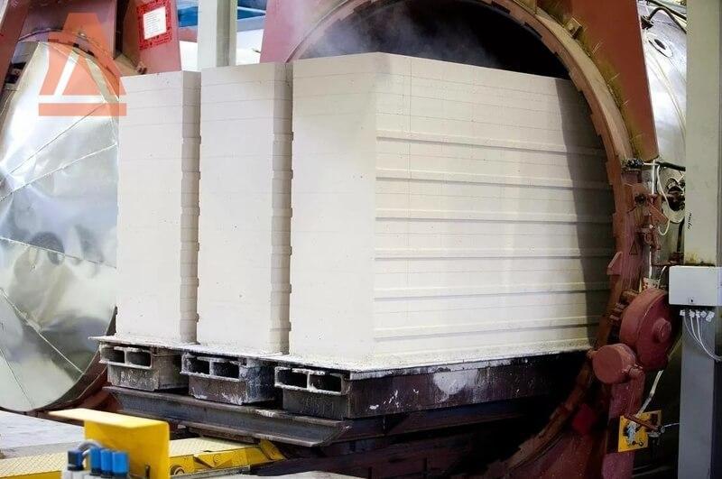 С платформы резательного комплекса блоки отправляются в автоклав