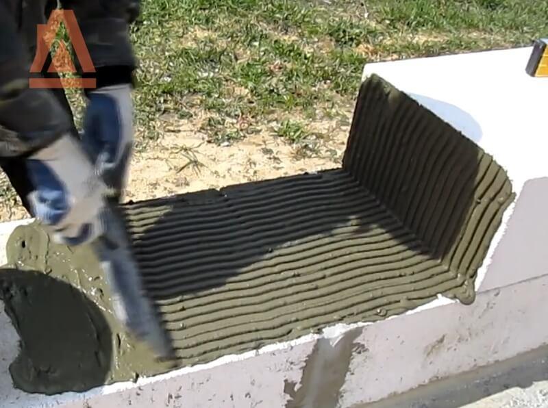 Нанесение цементного клея шпателем