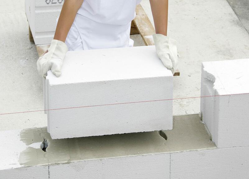 На боковые грани пазогребневых блоков клей не наносится
