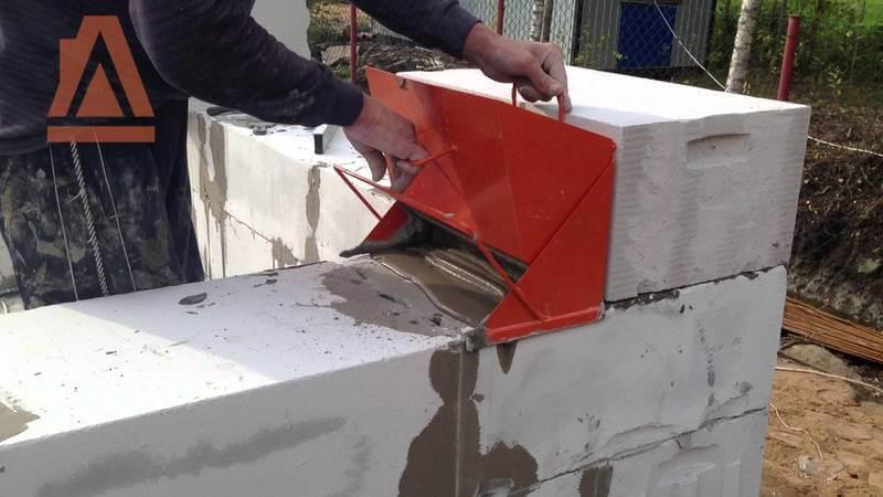 Нанесение клея на газобетон кареткой