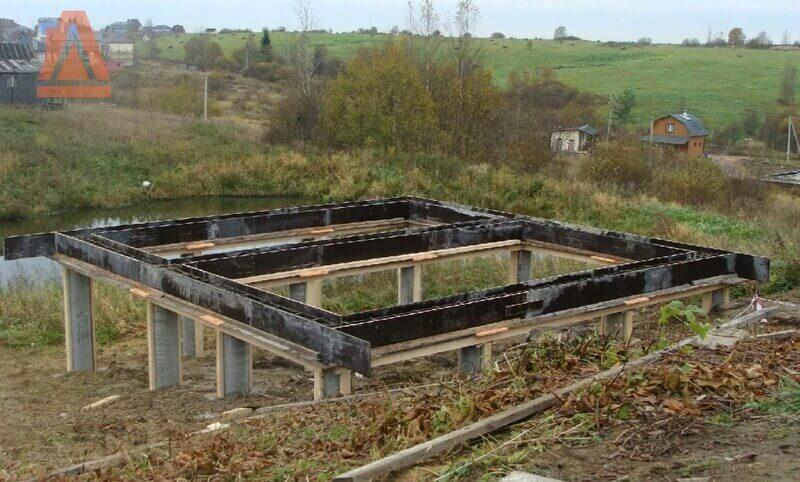 Высокий фундамент для дома на склоне