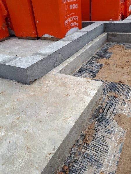Если нет места на участке, блоки можно сложить на фундаментной плите