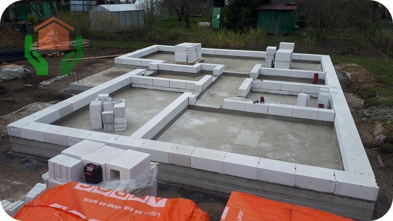 Плита с монолитными цокольными стенками – идеальный фундамент под дом из газобетона в 1 этаж и не только