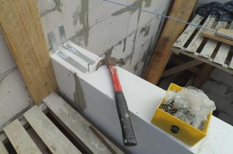 Сопряжение перегородки со стеной прямыми подвесами