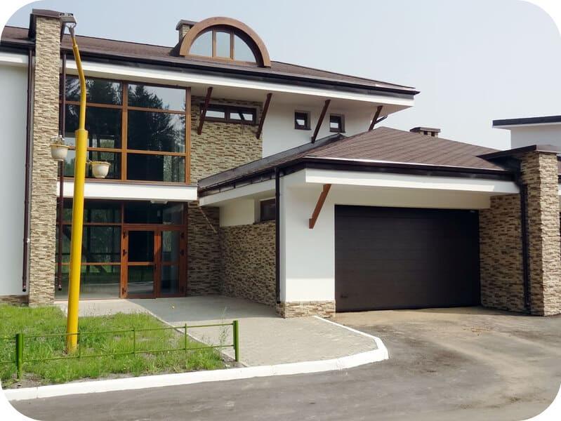Вариант гаража, пристроенного к дому с панорамным остеклением