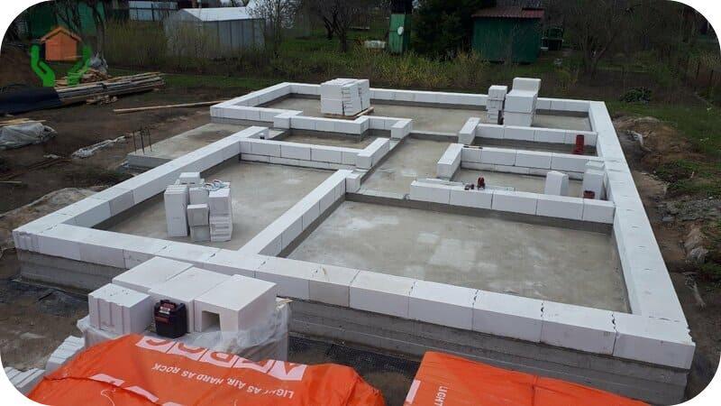 Первый ряд выкладывается по всему периметру стен, после чего можно приступать ко второму