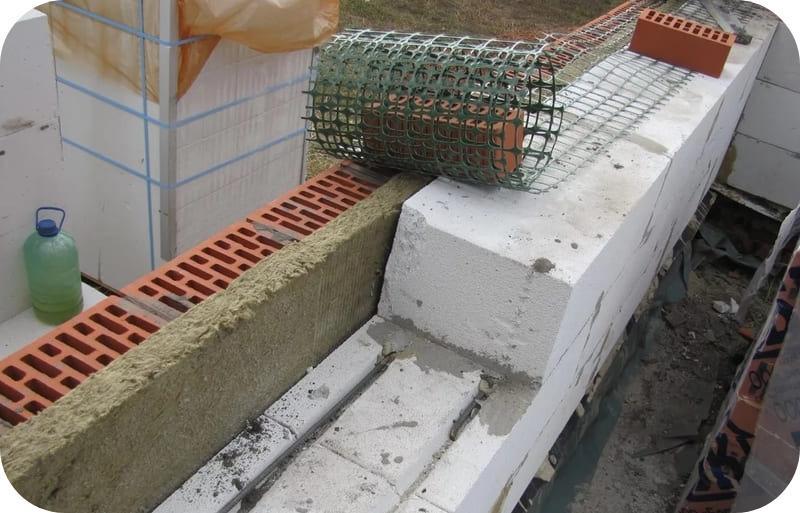 Базальтовая сетка в качестве гибкой связи между газобетонной и кирпичной кладкой