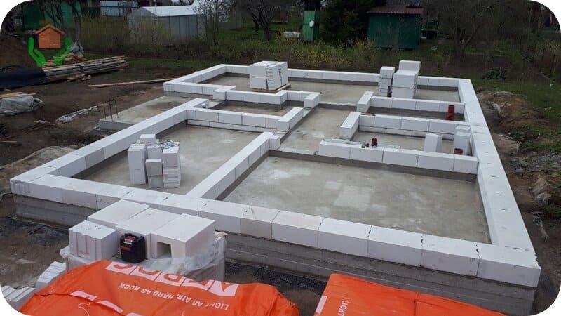 Чем точнее уложены блоки первого ряда, тем проще будет работать дальше