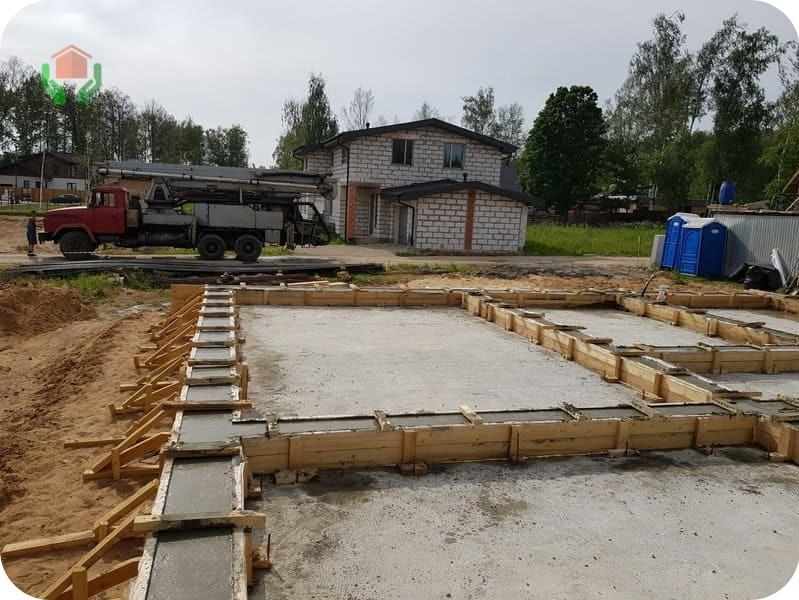 Плита с рёбрами вверх – идеальный фундамент для двухэтажного дома из газобетона