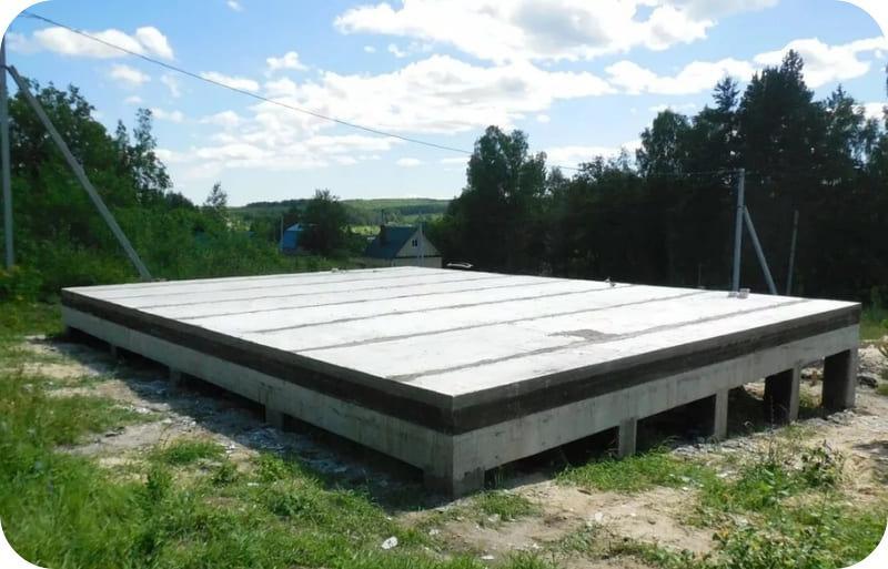 Свайно монолитный фундамент под дом из газобетона с ростверком, перекрытым заводскими ЖБ плитами