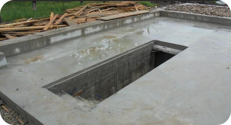 Плитный фундамент с ямой и монолитным цоколем для гаража