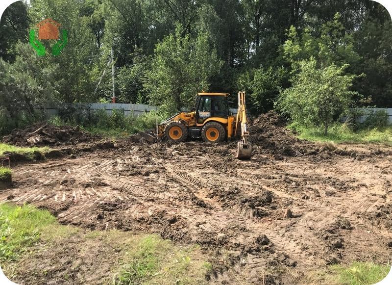 Перед планировкой производится снятие растительного слоя почвы