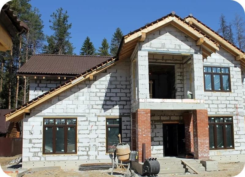 Строящийся в стиле шале одноэтажный дом с мансардой из газобетона
