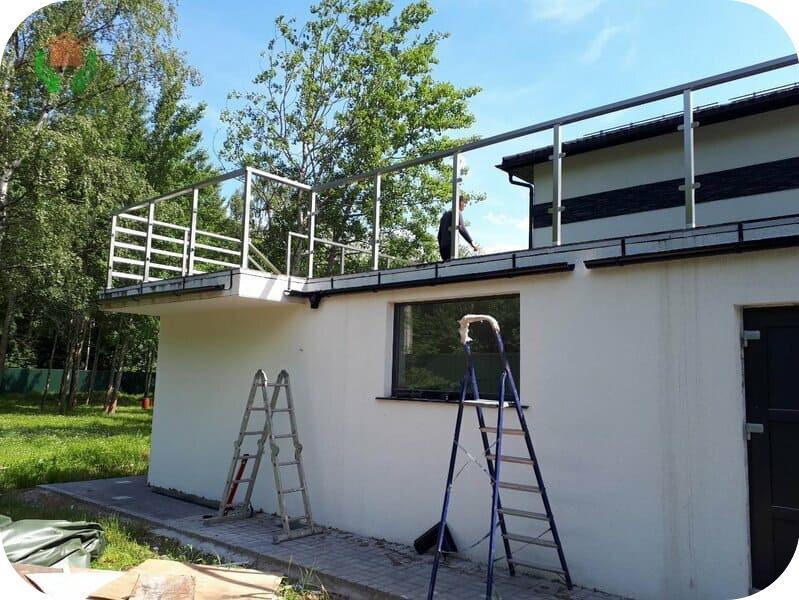 Примыкающий к дому гараж с террасой на крыше