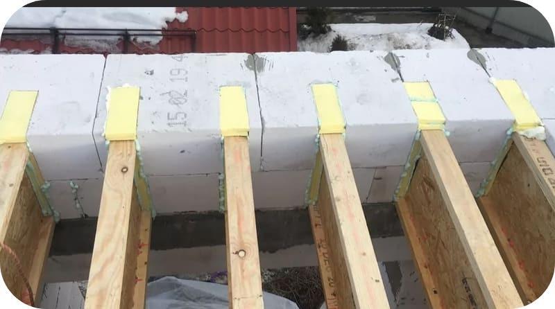 При таком устройстве перекрытий, арматуру укладывают под балками и над ними
