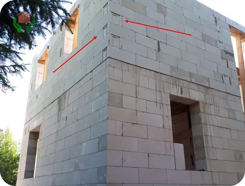 Указанные стрелками места, под монтаж плит пришлось бы заделывать, а пенный утеплитель их просто заполнит