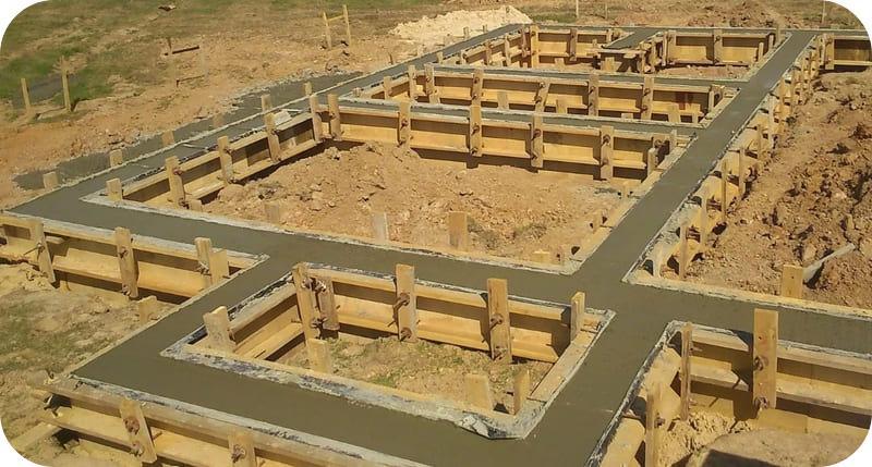 Мелкозаглубленный ленточный фундамент для дома из газобетона на глине