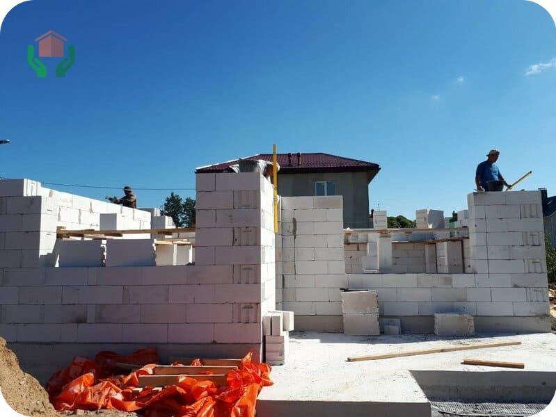 Строящийся дом из газобетона на монолитной плите