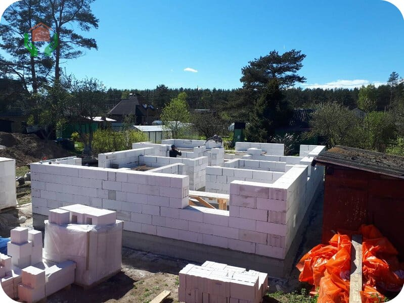 Дом строится из газосиликата (автоклавного газобетона на известковом вяжущем)