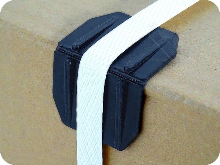 Пластиковая угловая прокладка под ремень