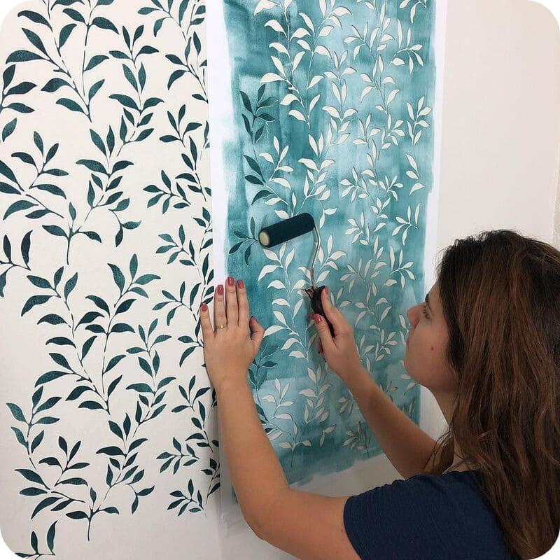 Использование трафарета для декорирования стены