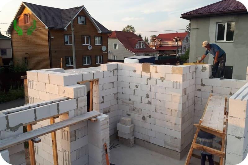 Установка лотковых блоков для формирования дверной перемычки
