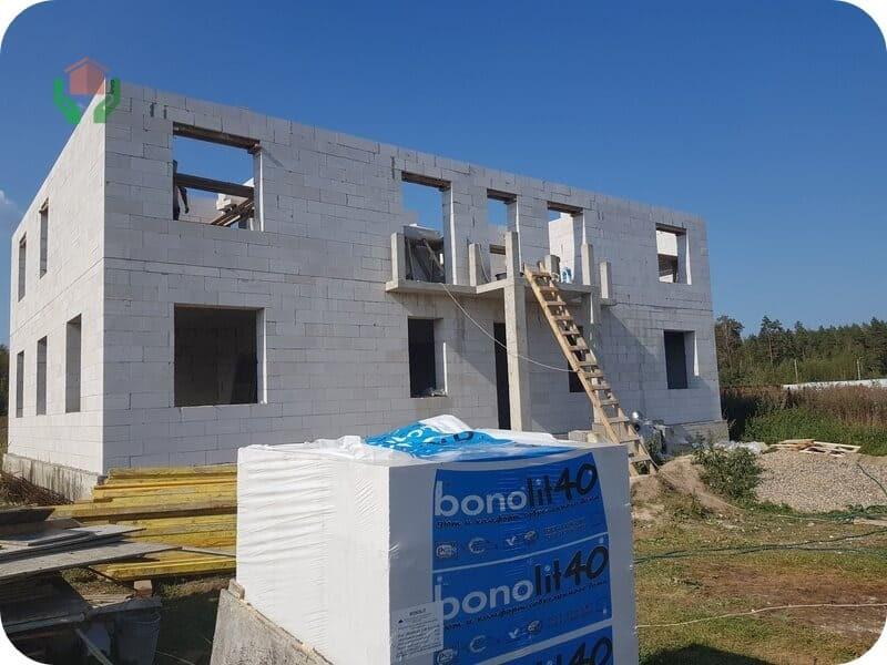 Дом, строящийся из блоков Бонолит
