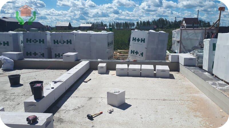 Кладка внешних стен начинается с выставления угловых блоков