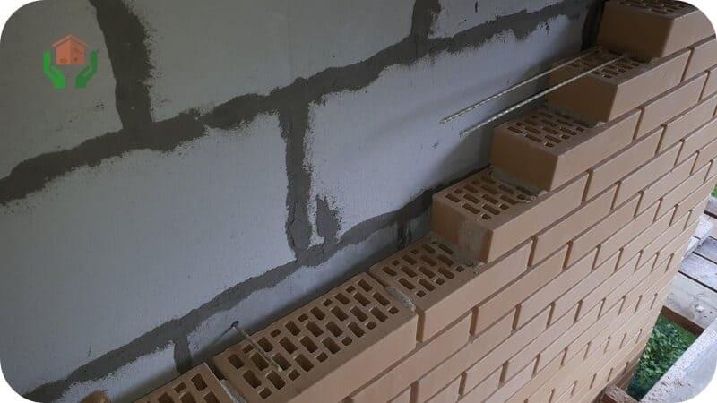 Облицовочный кирпич монтируется с вентилируемым зазором