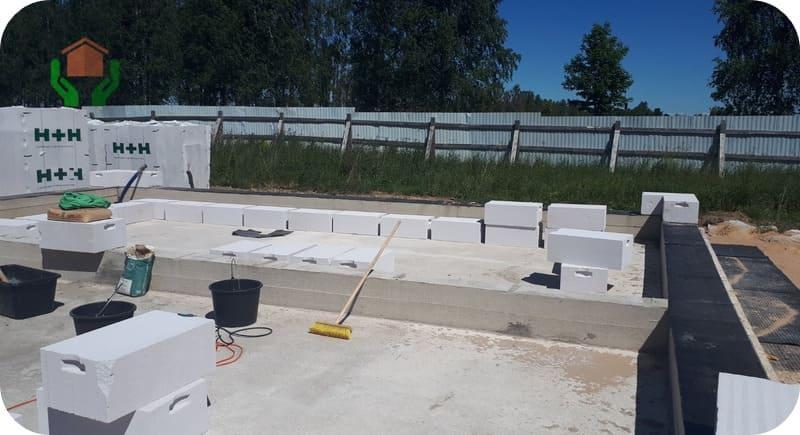 Укладка блоков на плитный фундамент с монолитным цоколем