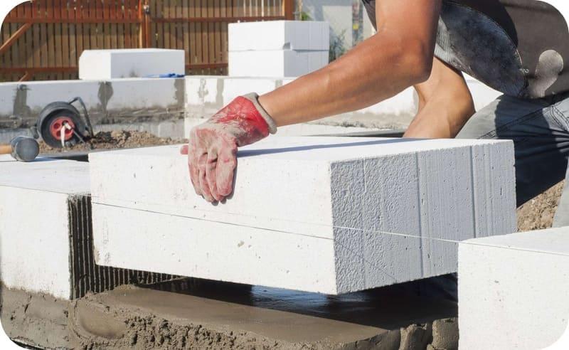 Укладка блоков первого ряда на толстый слой ЦПС
