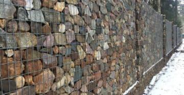 забор из камня в сетке